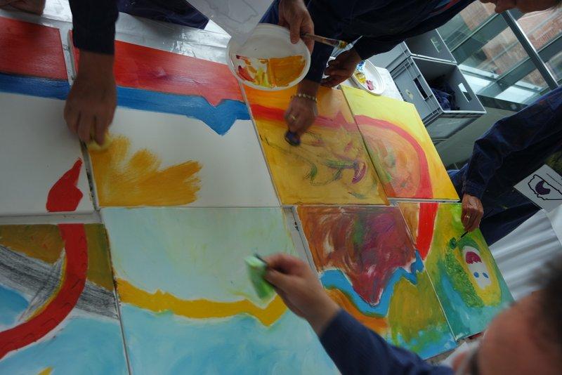 Visonsentwicklung am Mitarbeitertag gemeinsam malen und kreativ sein mit beim großformatigen malen