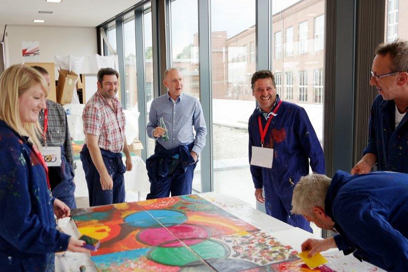 Gemeinsam malen und kreativ sein am Mitarbeitertag