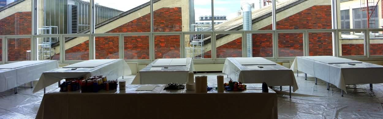 Atelier für kreatives Teambuilding aufgebaut in einer Kantine