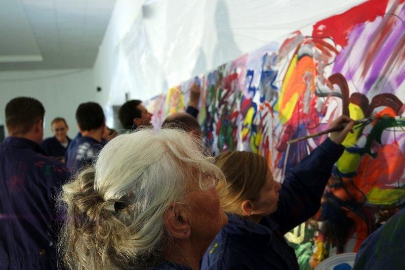 Großes Teampainting Zukunftswerkstatt: Ein Team malt gemeinsam ein kreatives Bild