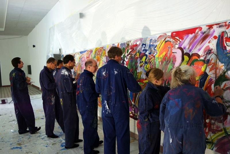 Großformatiges Teampainting Zukunftswerkstatt: Ein Team malt gemeinsam