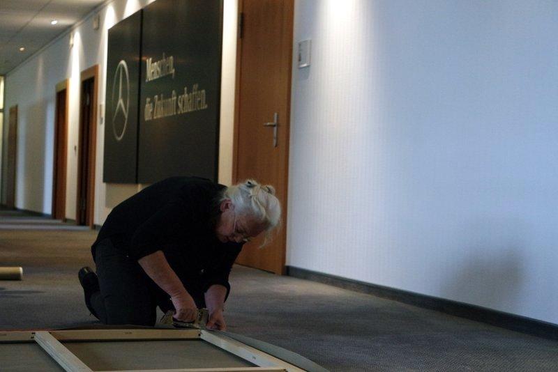 Teambild kreative Zukunftswerkstatt: Leinwand für Geschäftsräume, gemalt in Bremen von Mitarbeitern wird zur Aufhängung in Büroräume vorbereitet