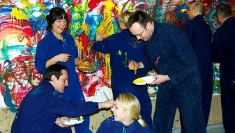 Unter Kollegen Spass haben, beim gemeinsamn malen