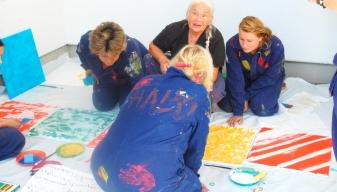Malende Teilnehmerinnen im Teamevent Workshop