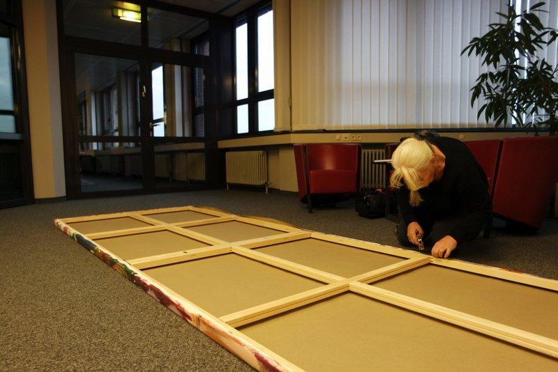 Teampainting kreative Zukunftswerkstatt: Leinwand für Geschäftsräume, gemalt in Bremen wird zur Aufhängung in Büroräume von Etelka Kovacs-Koller vorbereitet