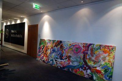 Teampainting kreative Zukunftswerkstatt: Leinwand für Geschäftsräume, gemalt in Bremen wird zur Aufhängung in Büroräume in Sindelfingen / Stuttgart vorbereitet