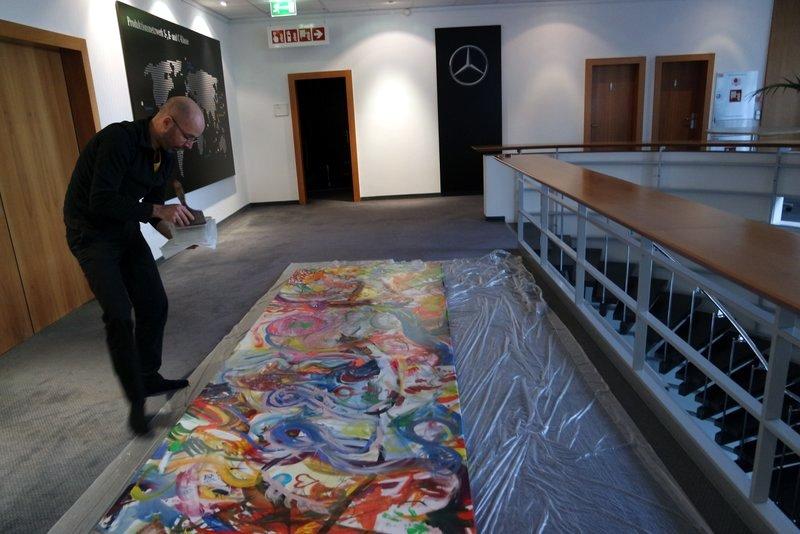 Teampainting kreative Zukunftswerkstatt: Leinwand für Geschäftsräume, gemalt in Bremen wird zur Aufhängung in Büroräume vorbereitet