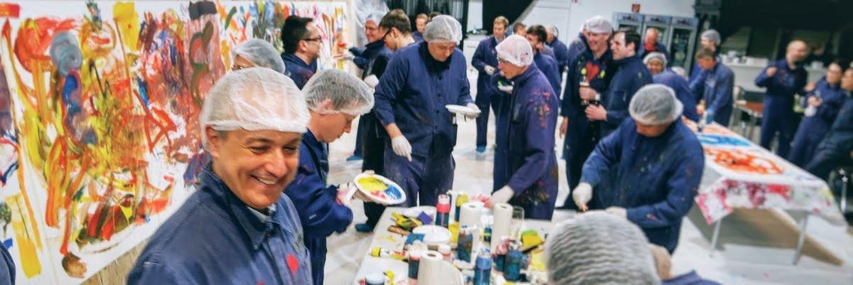 Highlight des Mitarbeitertages, kreatives gestalten auf großer Leinwand