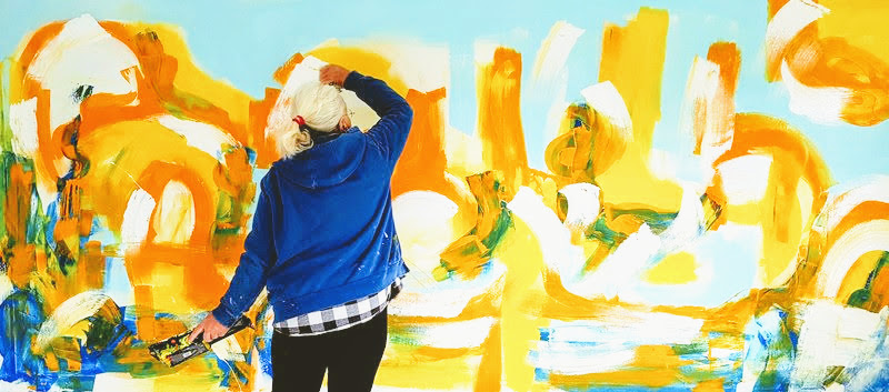 Etelka Kovacs-Koller malt am Grossformat